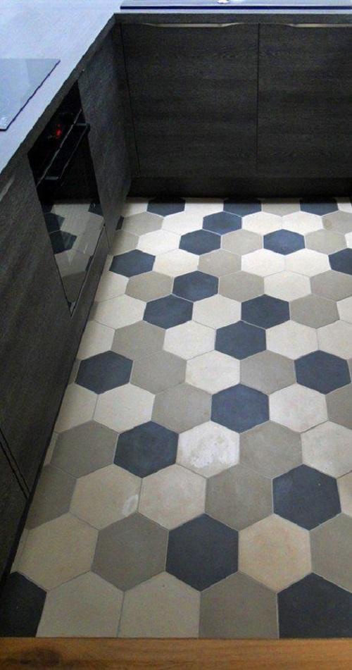 Gạch lục giác màu xám ốp bếp nhẹ nhàng tươi sáng, giúp không gian rộng rãi tiện nghi