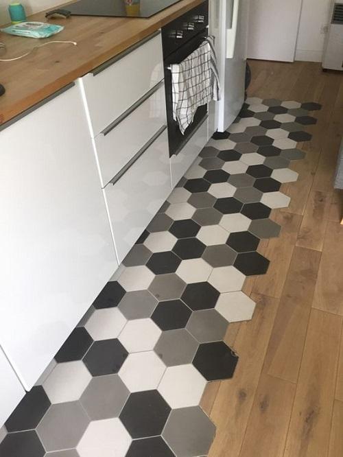 Gạch lục giác màu xám ốp bếp với 3 gam màu cho gian bếp nổi bật
