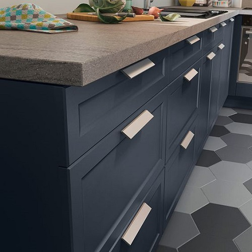 Gạch lục giác mang tông màu trầm xám ghi tạo không gian bếp sang trọng