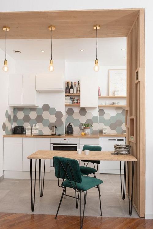 Gạch lục giác màu xám tạo sự độc đáo mới lạ cho gian bếp