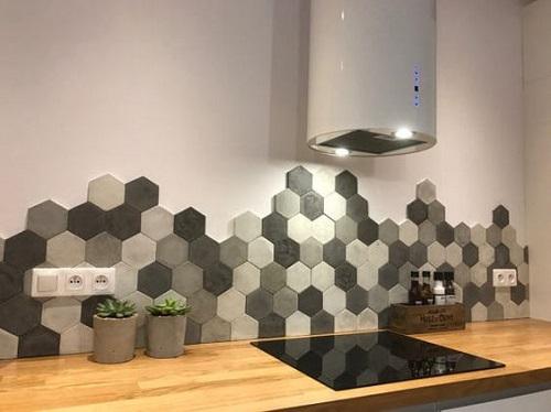 Gạch lục giác màu xám ốp bếp được sử dụng giúp không gian ấm áp gần gũi