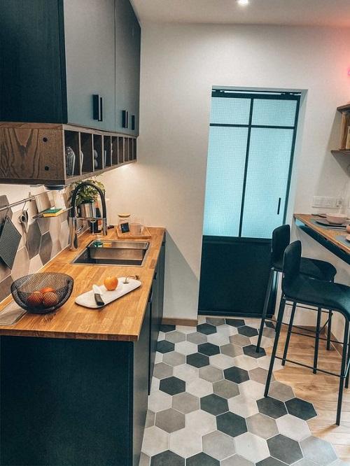 Gạch lục giác màu xám ốp bếp còn giúp tạo hiệu ứng mở cho không gian hẹp.