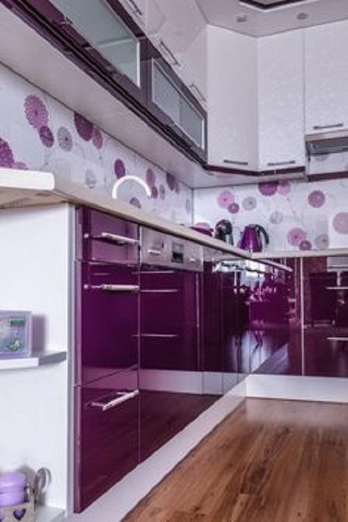 Những tấm gạch thẻ nổi bật với những sắc hoa tím, cho một không gian tuyệt vời của phòng bếp
