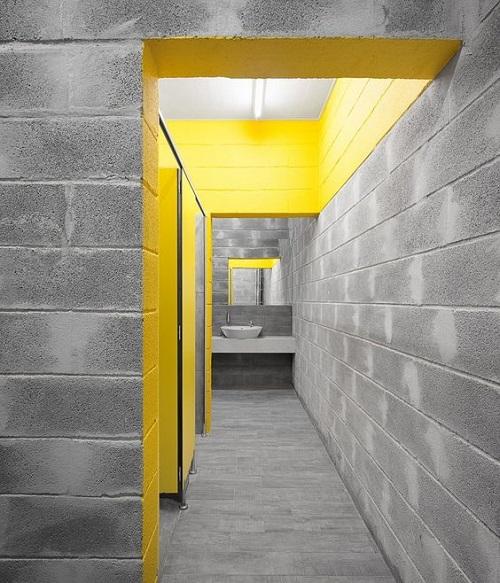 Sự kết hợp với gạch giả đá cho không gian phòng tắm gia đình trở nên nổi bật hơn