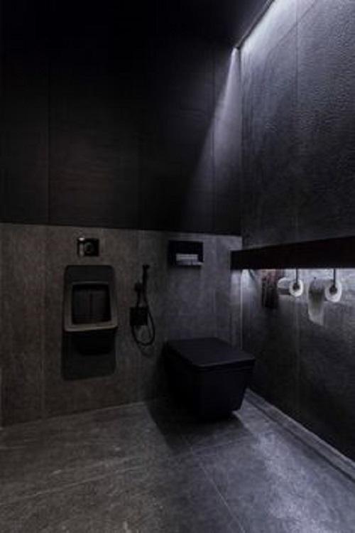 Tông màu đen được ưa chuộng ở phòng vệ sinh, giúp che khuyết điểm vết xước, vết bẩn gần như không nhìn thấy