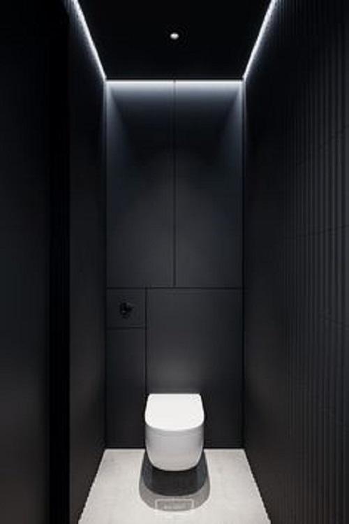 Gạch thẻ màu đen kết hợp với toilet màu trắng khá nổi bật