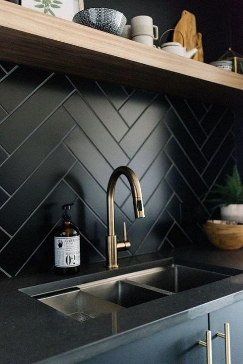 Mẫu gạch thẻ màu đen ốp bếp được xếp theo hình chóp tuyệt đẹp.
