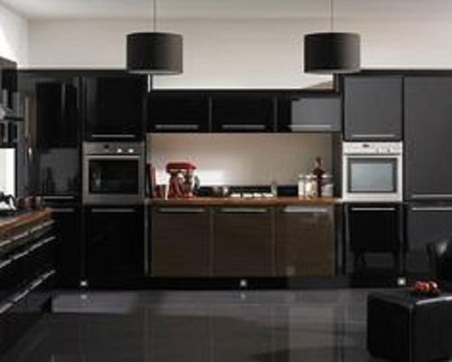 Gạch ốp bếp màu đen được phối với tông trắng