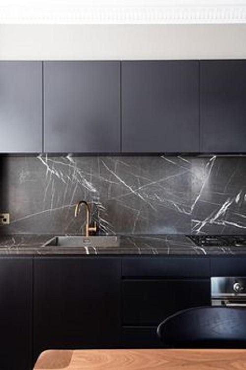 Gạch giả đá ốp bếp màu đen xám với họa tiết vân tuyết