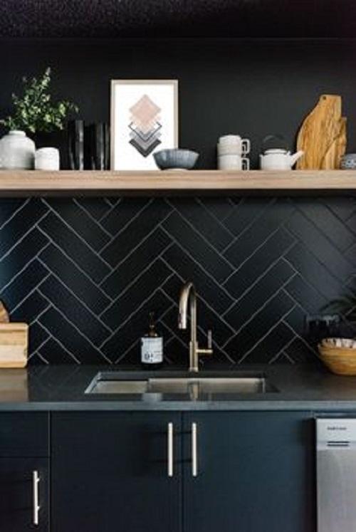 Gạch thẻ màu đen ốp bếp được xếp theo hình chóp tuyệt đẹp