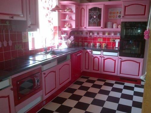 Phòng bếp full combo hồng từ gạch hồng đến đồ nội thất