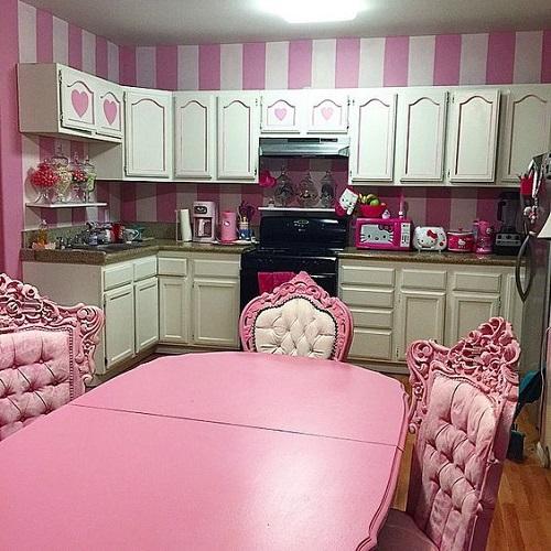 phòng bếp trở nên quyến rũ với gạch ốp màu hồng