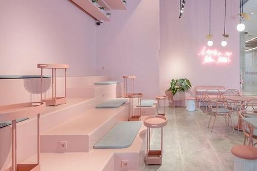 Gạch lát màu hồng nhạt mang đến cảm giác không gian rộng rãi