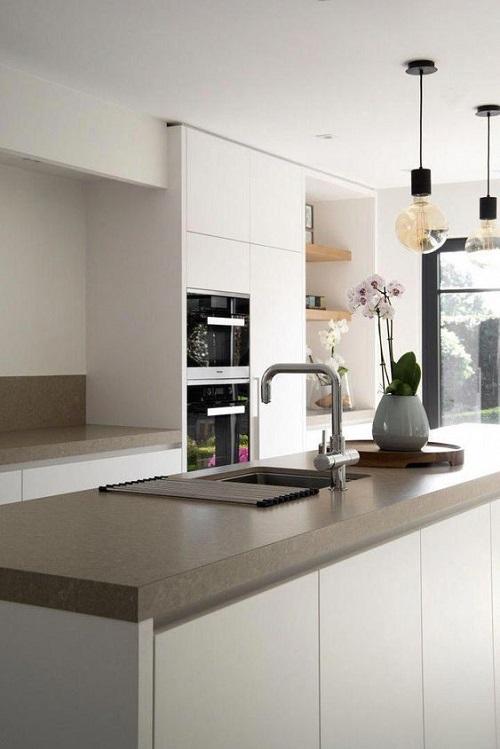 Gạch thẻ màu trắng phù hợp với tất cả phong cách thiết kế nội thất phòng bếp
