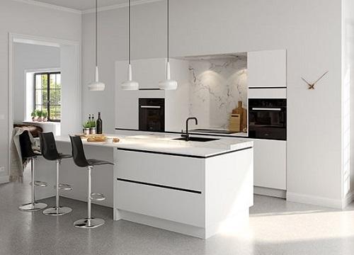 Gạch thẻ ốp tường màu trắng giúp phòng bếp trông rộng rãi hơn