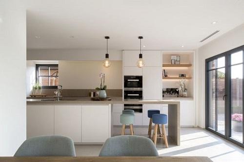Phòng bếp sử dụng gạch thẻ màu trắng ốp tường