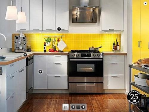Gạch thẻ màu vàng ốp bếp gây ấn tượng đầu tiên và ghi điểm khi vào không gian phòng bếp