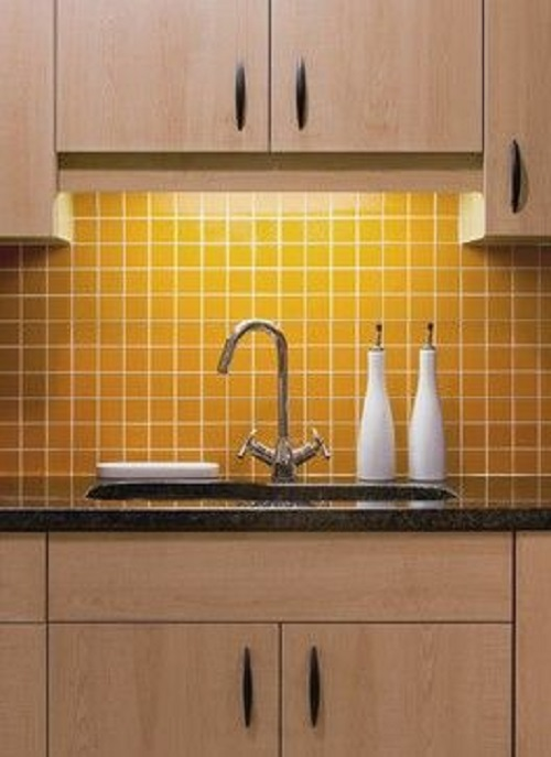 Gạch thẻ màu vàng ốp bếp giúp căn bếp thêm vượng khí.