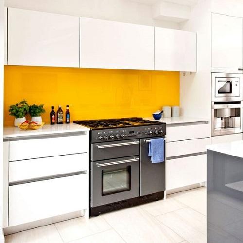 Gạch thẻ màu vàng ốp bếp giúp chống thấm, chống ẩm tốt
