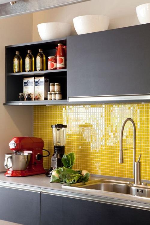 Gạch thẻ màu vàng ốp bếp hình vuông có kích thước nhỏ sẽ giúp che các vết bẩn