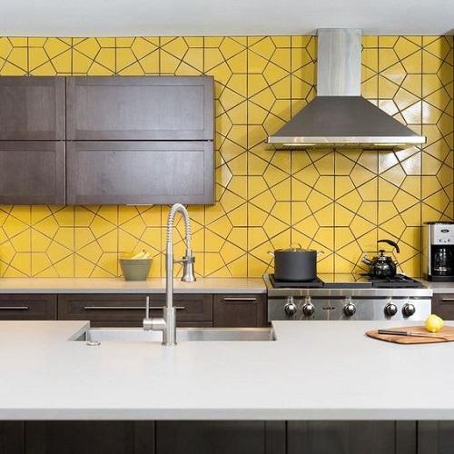 Gạch lục giác màu vàng ốp bếp mang đến những giây phút thư thái bên gia đình