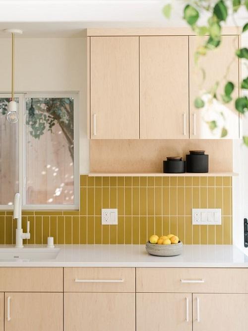 Gạch thẻ màu vàng ốp bếp cho không gian bếp sạch sẽ, ấm cúng