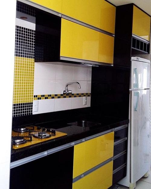 Gạch thẻ màu vàng hình vuông nhỏ ốp bếp kết hợp đan xen với gạch thẻ hình vuông màu đen là một lựa chọn không tồi