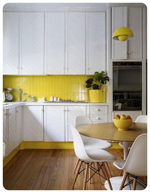 Gạch thẻ màu vàng hình chữ nhật ốp bếp xen kẽ với màu trắng ấn tượng