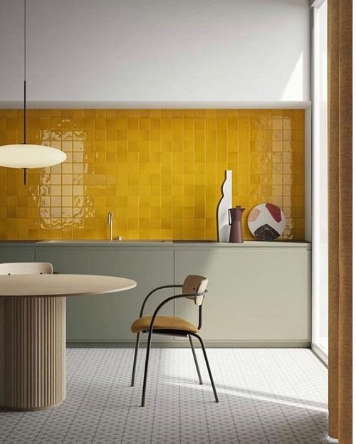 Màu sắc vàng của gạch sẽ giúp căn bếp nhà quý vị thêm rộng rãi