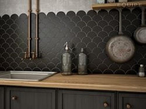 Cuối cùng là cách xếp gạch thẻ màu xám hình vẩy cá mang đến vẻ đẹp thanh lịch cho không gian bếp ấm cúng.