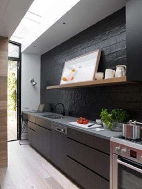 Gạch thẻ màu xám đậm hình chữ nhật, gần với màu đen, cho không gian bếp sạch sẽ