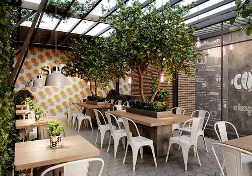 Gạch lục giác màu xám là một sự biến tấu cực độc đáo của sàn nhà quán cà phê
