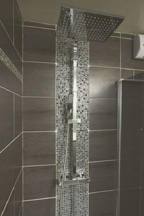 Gạch mosaic thủy tinh màu xám giúp cho việc vệ sinh, lau chùi dễ dàng