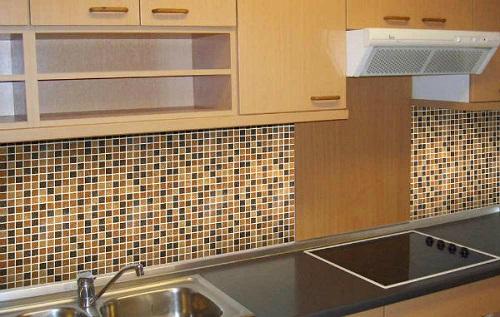 Gạch mosaic thủy tinh màu vàng cho bếp hiện đại