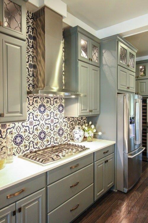 Gạch bông vân cổ điển giúp làm nổi bật các đường nét, hình khối trong căn bếp của bạn