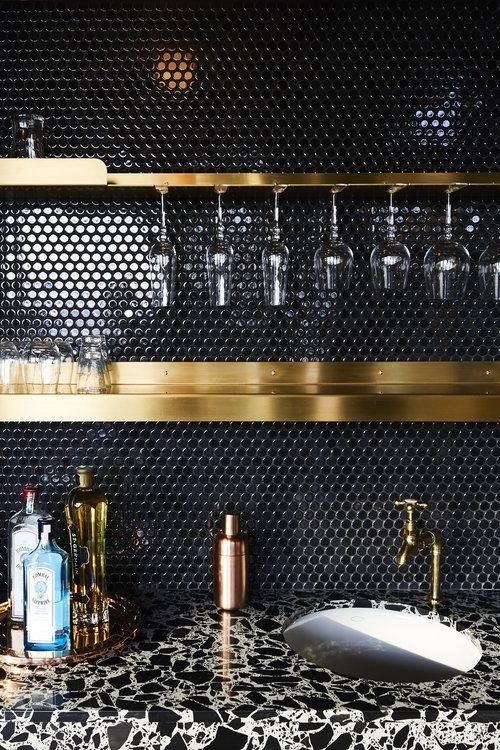 Gạch lục giác màu đen cho phòng bếp lịch sự
