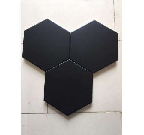 Gạch lục giác màu đen giúp tăng thêm nét nổi trội, nâng lên sự sang trọng cho phòng bếp