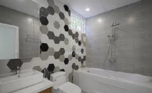 Gạch lục giác màu đen cho phòng vệ sinh nổi bật tràn ngập ánh sáng.