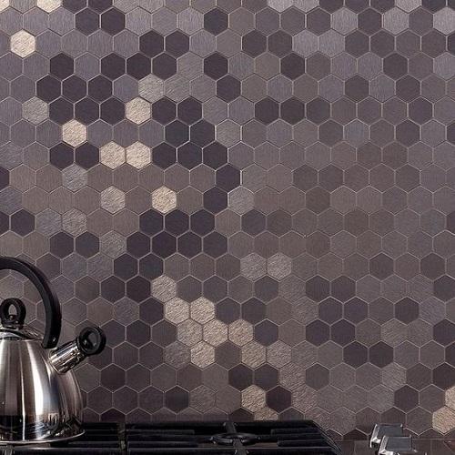 Gạch lục giác màu đen cho tường bếp đẹp lung linh