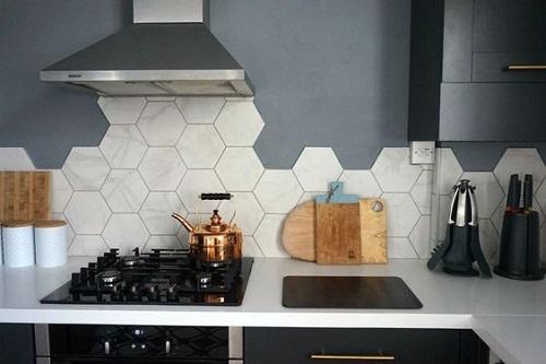 Gạch lục giác màu trắng tạo ra nét dịu dàng cho phòng bếp