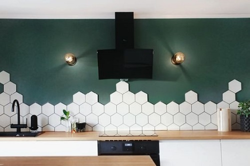 Gạch lục giác màu trắng giúp làm nổi bật các đường nét, hình khối trong căn bếp của bạn
