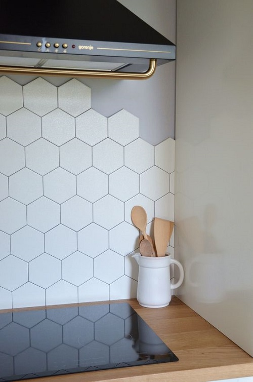 Gạch lục giác màu trắng dùng ốp bếp mang vẻ đẹp của sự bí ấn, quyến rũ