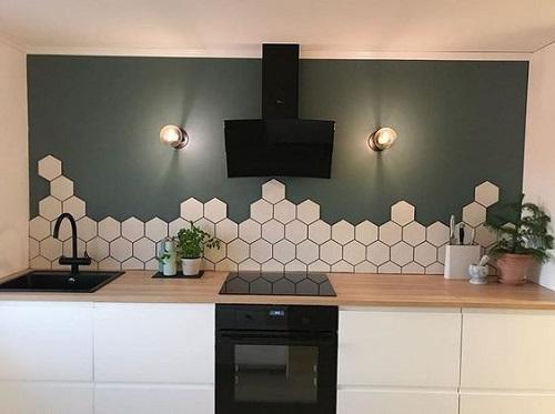 Gạch lục giác màu trắng dùng ốp bếp được nhiều người ưa chọn vì dễ lau chùi
