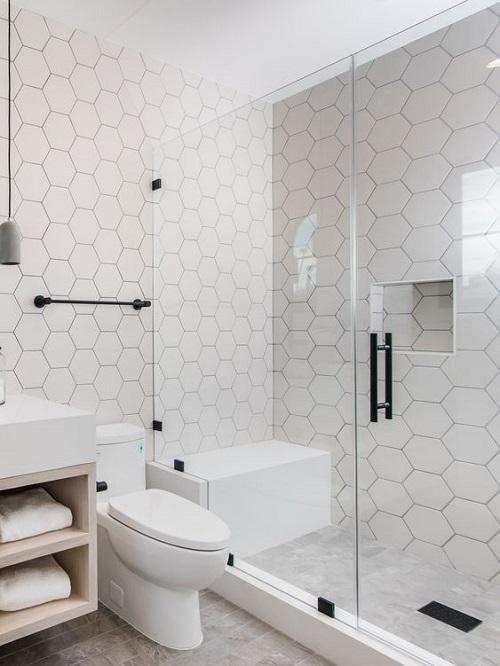 Gạch lục giác màu trắng tạo ra nét dịu dàng cho phòng vệ sinh