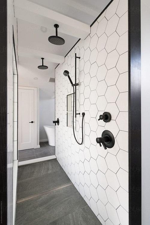 Gạch thẻ màu trắng giúp làm nổi bật phòng vệ sinh của bạn