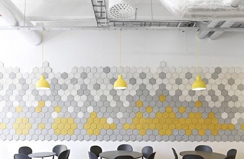 Gạch lục giác màu xám cho phòng bếp nổi bật tràn ngập ánh sáng.