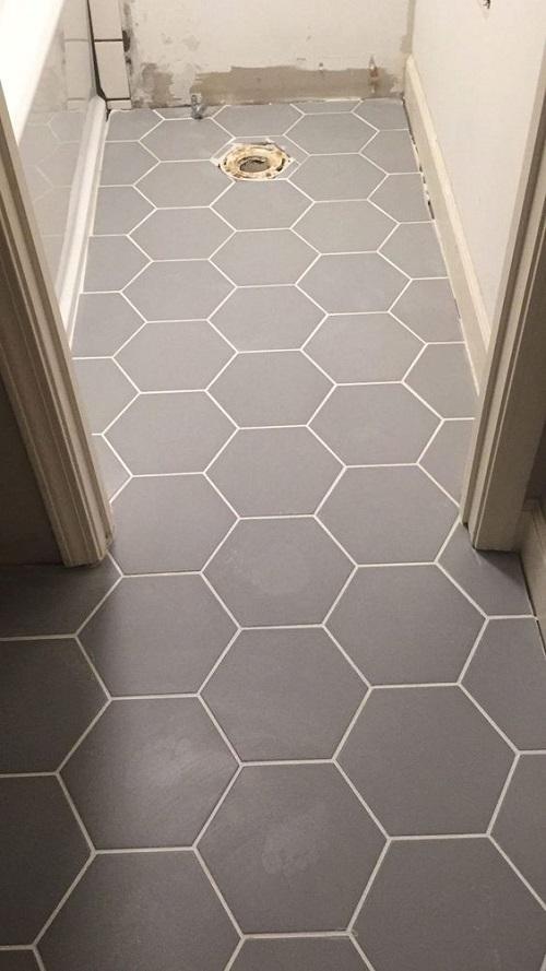 Trang trí bằng Gạch lục giác màu xám cho phòng vệ sinh sạch sẽ