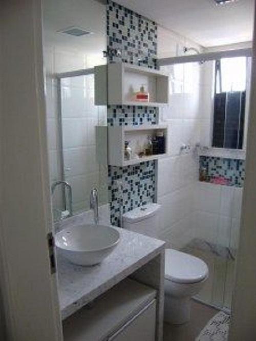 Gạch mosaic màu xám cho phòng vệ sinh tạo cảm giác dễ chịu, tươi mát.