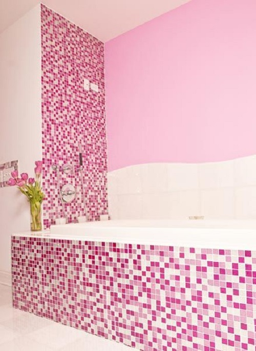Gạch mosaic màu hồng cho phòng vệ sinh và tinh tế.