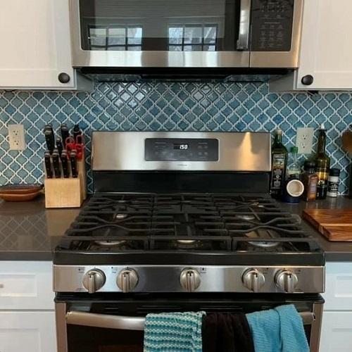Trang trí bằng Gạch mosaic màu xanh cho phòng bếp dễ lau dọn